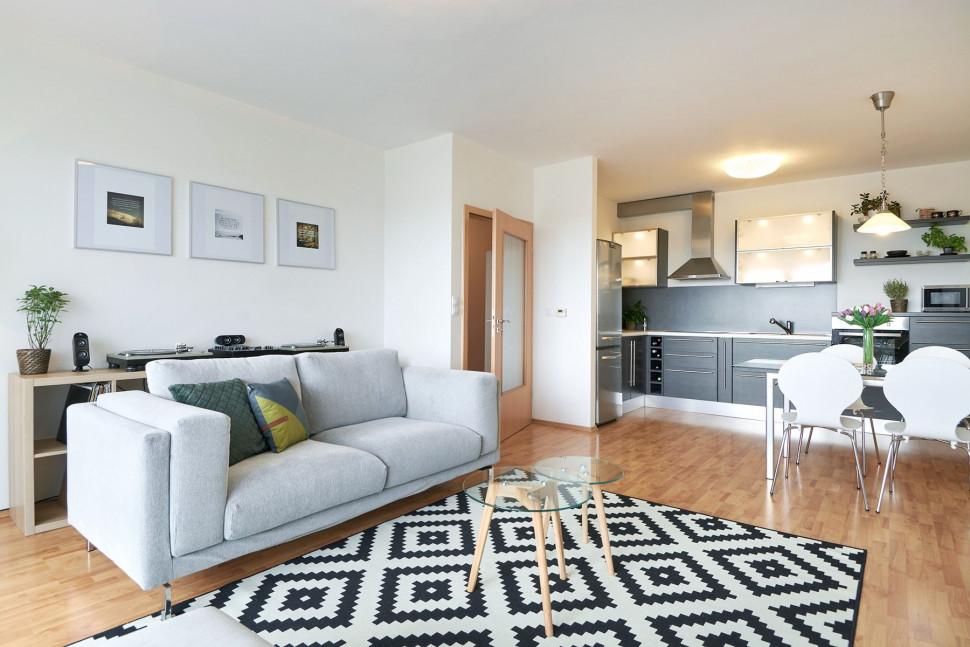 obývací pokoj s kuchyňským koutem v Loaklitě Labský palouk k pronájmu